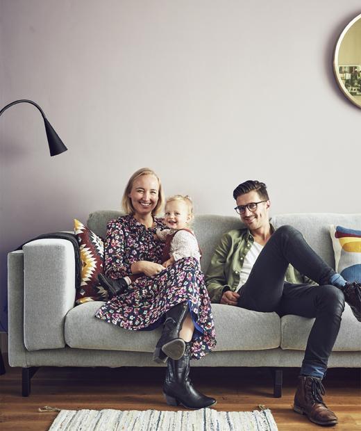 Снимка на Марит, Йелмер и Миа на техния диван.