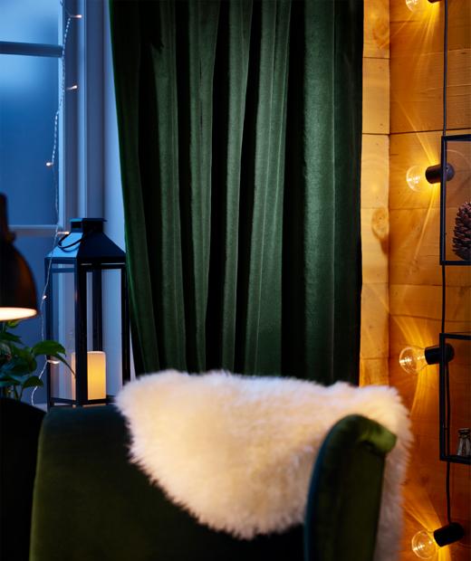 Кресло пред прозорец с фенер и завеси.