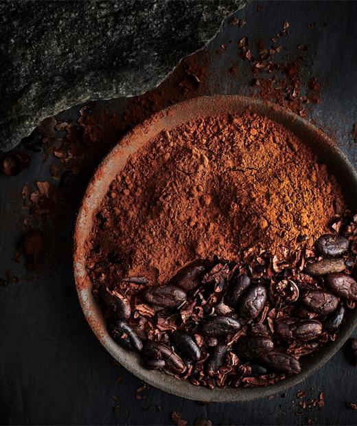 Купа с какаов прах и какаови зърна.