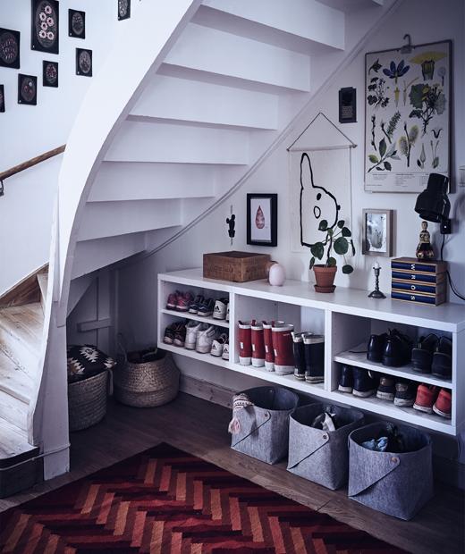 Отворено пространство под стълбище с кошници за съхранение и рафтове за обувки.