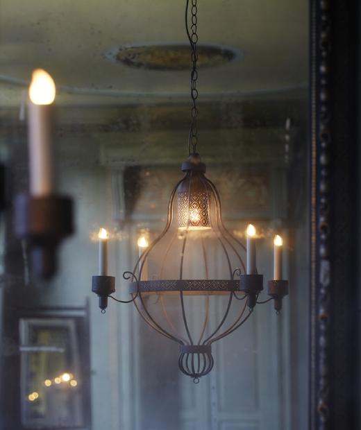 Железен полилей с LED свещи, висящ от тавана