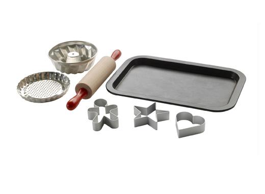 Детски комплект за печене с точилка, форми за тесто и тава за печене.
