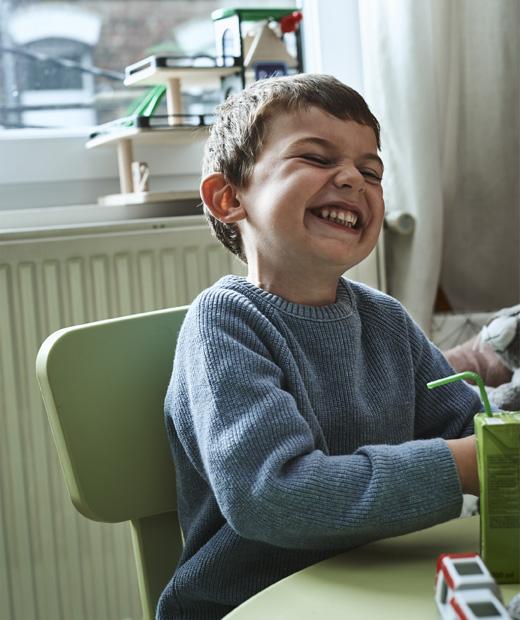 Дете седи на маса IKEA MAMMUT