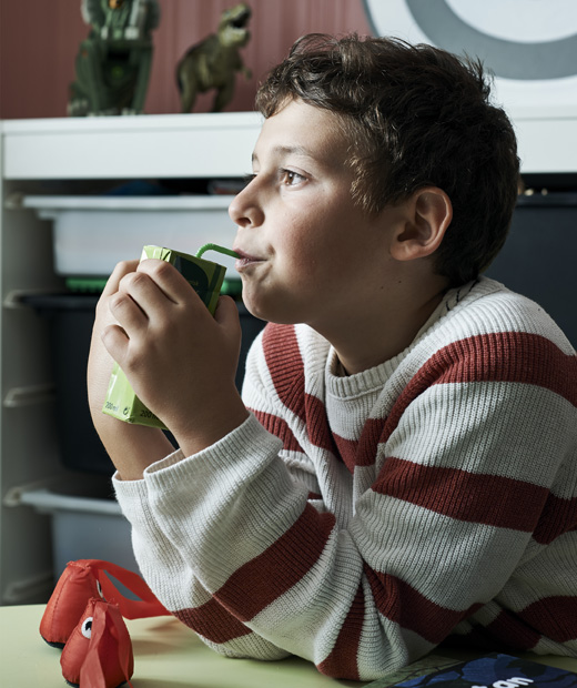 Дете пие сок от кутия.