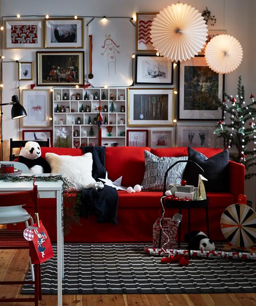 Дневна с червен диван с коледна украса