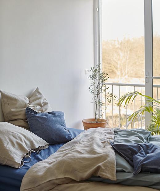 Легло с чаршафи в синьо и бежово до голямо легло.