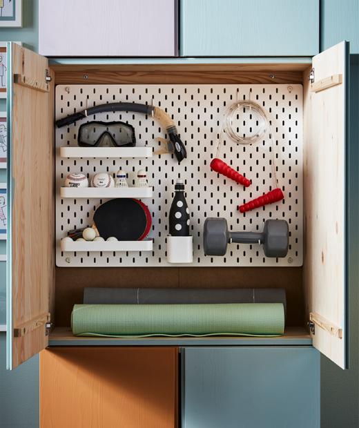 Шкаф със спортни принадлежности.